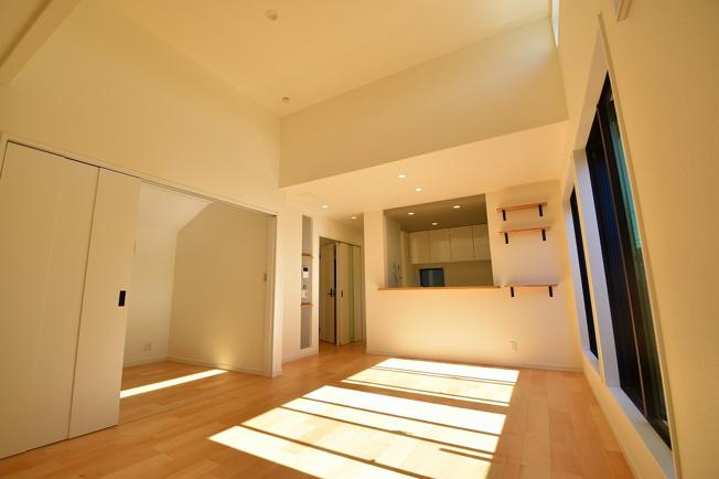 フローリングと調和の取れた暖かい雰囲気に仕上げました。家族でゆとりのある空間をお使い下さい。
