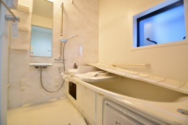 浴室乾燥機、追い炊きなど機能性も充実。1坪タイプの浴室でお子様と一緒に楽しいバスタイムをどうぞ。