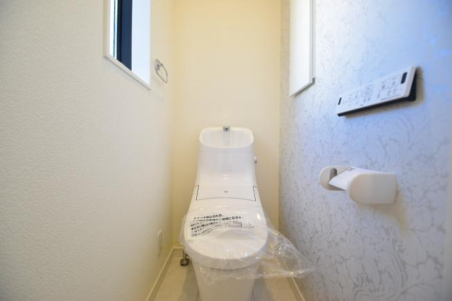 毎日使う場所なので快適に。掃除しやすい溝が少ない便器や暖房便座など機能性も充実。