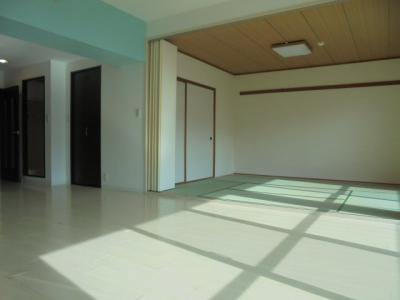 ≪リビング~和室≫ 折れ戸を開放すると、約21帖の広々空間になります。