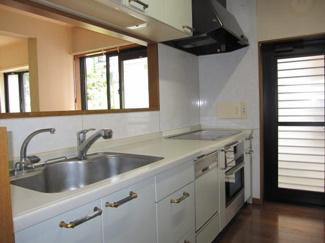 富里市七栄 中古戸建 成田駅 人気のシステムキッチン。収納力のあるキッチンです。