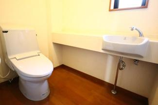 富里市七栄 中古戸建 成田駅 1階トイレ。水栓付きの広々としたトイレです。