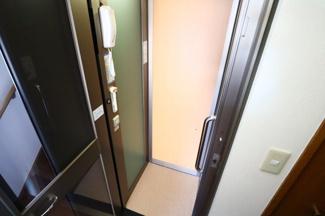 富里市七栄 中古戸建 成田駅 ホームエレベーター付きで、足の不自由な方も安心して1階と2階を昇り降りできます。