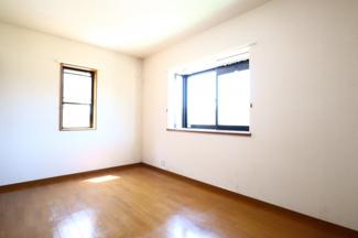 富里市七栄 中古戸建 成田駅 2階洋室7.5帖。2面採光で日当たり良好です。
