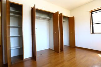 富里市七栄 中古戸建 成田駅 2階洋室7.5帖収納。壁一面に収納がついているため、お部屋がすっきり片付きそうです。