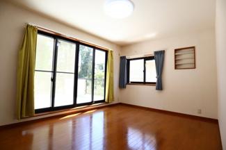 富里市七栄 中古戸建 成田駅 2階洋室7.5帖。南側バルコニーへ行くことができ、大きな掃出し窓があるため、日当たり良好です。