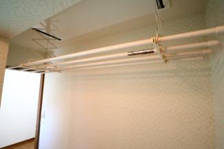 富里市七栄 中古戸建 成田駅 2階ランドリースペース。ランドリーパイプは電動で昇降するため、丈の長いコートやワンピースも床に着けずに干すことができます。