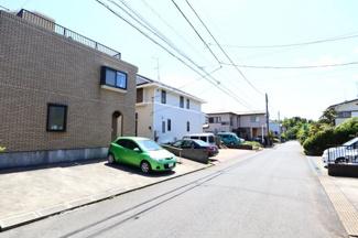 富里市七栄 中古戸建 成田駅 前面道路は車通りも少なく、周辺は閑静な住宅地です。