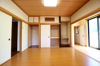 富里市七栄 中古戸建 成田駅 1階LDK横洋室8.0帖。和室から洋室へとリフォームしてあります。