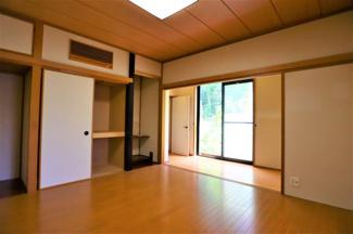 富里市七栄 中古戸建 成田駅 1階LDK横洋室8.0帖。和の雰囲気を残した洋室は日当たりも良好です。