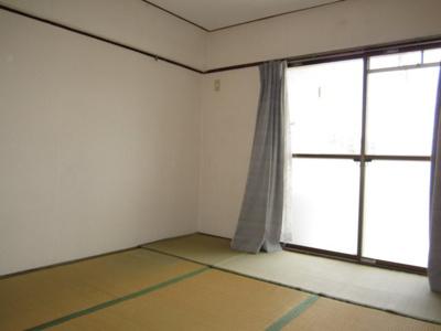 【和室6帖】(窓側)南西向きバルコニーの為、陽当たり良好です。