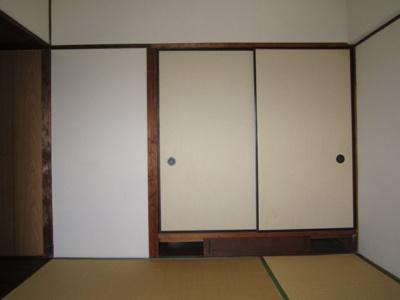 【和室6帖】(押入側)押入収納があり、お部屋を広くお使いいただけます。