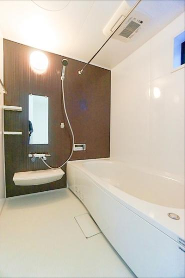 広々としたバスルームで一日の疲れをいやして下さい! もちろん、浴室暖房乾燥機付きです!