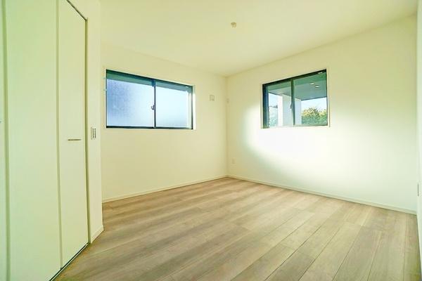 寝室にしてもよし!勉強部屋にしてもよしの明るい洋室です。 落ち着きのある空間♪