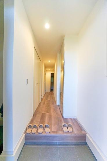 お洒落な玄関です♪ この明るい玄関が気持ちよく家族を迎え入れます。