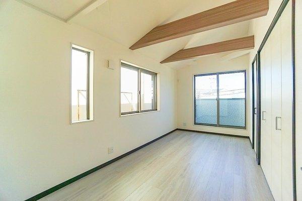 勾配天井の洋室! より広く感じられます。 窓も大きく明るいお部屋♪