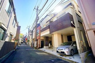 閑静な住宅街に堂々とした外観が目を引きます。 生活利便施設や教育施設も身近に整っています!!!
