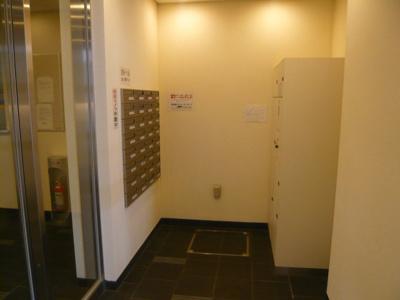 メールボックス・宅配ボックスが設置されたエントランスです