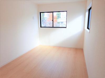 【同社施工例写真】 光が入る洋室は気持ちが良いですね♪落ち着いたカラーで仕上げたリラックス空間です♪