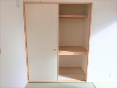 【同社施工例写真】 充分な収納スペースを確保。居室内に余計な家具を置く必要がないので、シンプルですっきりとした暮らしが実現しています♪