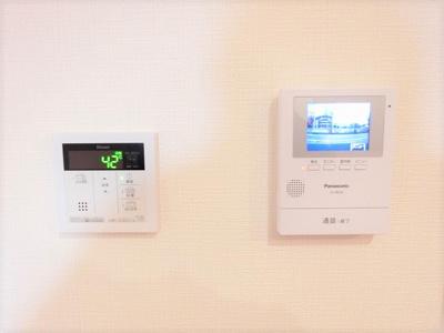 【同社施工例写真】 左:給湯器コントローラー♪ 右:モニター付きインターホンを設置。快適と安らぎを合わせた優しい設計♪