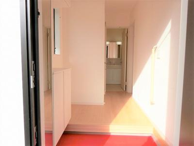 【同社施工例写真】 姿見があり便利です♪明るく開放的なひろ~い玄関♪収納も豊富で、お家の「顔」をいつもキレイにしておけます♪