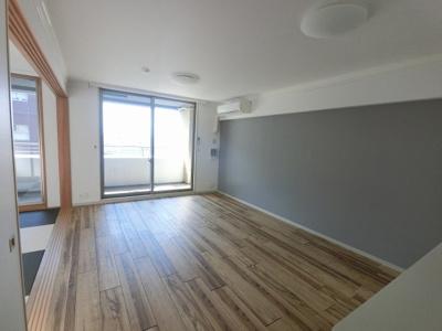 西向きのリビングです。ダイニングテーブルやソファー、ローテーブルなどの家具もしっかりと配置できます。 和室の引戸を開けて広い空間としてもお使いいただけます。