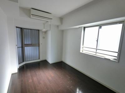 7.0帖の洋室は主寝室にいかがでしょうか。 窓が大きく明るいお部屋です。