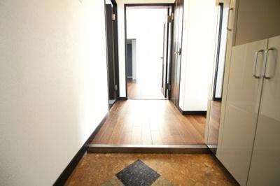 玄関にはシューズボックスが設置されているので、たくさん収納出来て玄関はスッキリします。