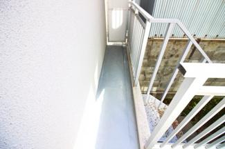 南面バルコニーには階段が付いています。その階段を降りると・・・