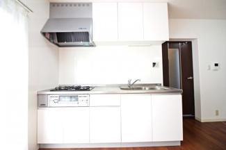 令和2年11月《キッチン・洗面化粧台・トイレ便座・建具新調》《床材・クロス貼替》などのリフォームをしているのでいつでもお引越しして頂けます。