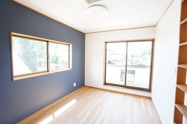 2階6帖 バルコニーがあり大きな掃出し窓で明るいお部屋です。