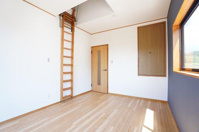 2階6帖 ロフトがあるお部屋です。はしごも壁に壁につけて収納できますのですっきりしています。
