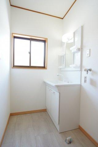 シャワー付洗面化粧台です。歯ブラシや化粧品などすっきり片付けられます。