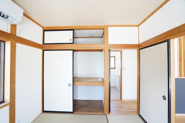 座布団やお布団、季節物の家電を収納できあると便利な押入です。