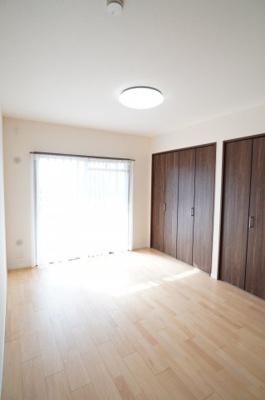 【南西側洋室約6帖】 メインバルコニーに面し、 建材の色合いからモダンテイストも似合いそうな洋室。 主寝室としてもご利用頂ける広さがあり、 大型の家具を置くなど使い勝手も良いです。