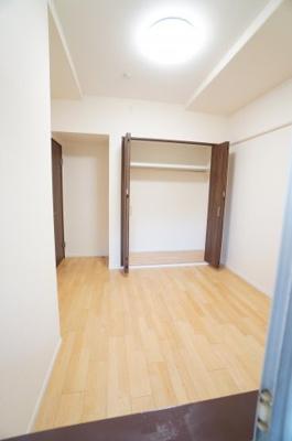【北西側洋室約5.2帖】 居室にはクローゼットを完備し、 自由度の高い家具の配置が叶うシンプルな空間です。 お子様の成長と必要になる子供部屋にするには ぴったりの間取りですね。