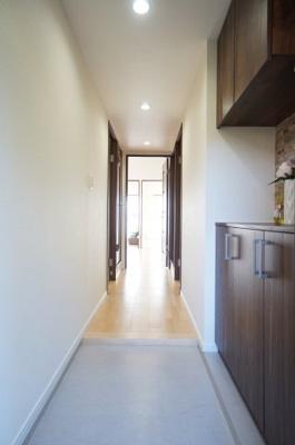【ダウンライト設置】 廊下等の共有スペースはダウンライトを設置、 全体のアクセントとなるように致しました。 光の届き方、スイッチの位置にも配慮し、 暮らし易さを徹底的に見つめております。