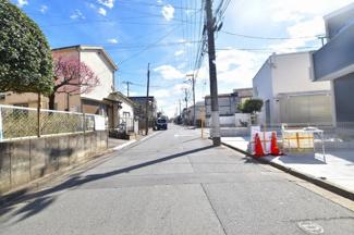 前面道路は5.3m幅。車通りも少ないのでご安心下さい。