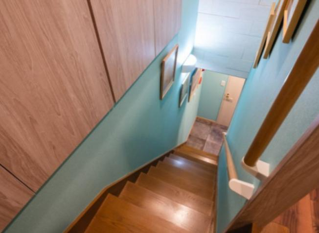 ターコイズカラーが特徴の階段室