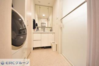 すがすがしい気分で包んでくれる優美な洗面室で朝から気分も爽快です。