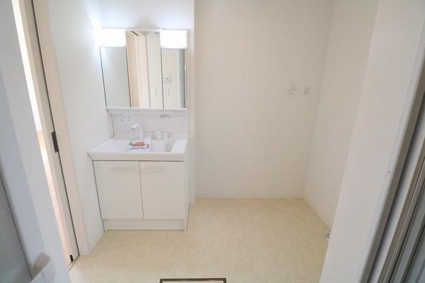 脱衣スペースも広々の洗面所です♪