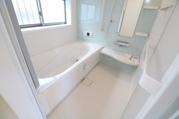 爽やかな色使いの浴室。大きな浴槽で1日の疲れを癒せます♪
