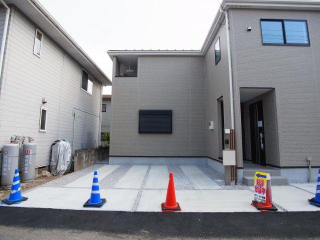 現地写真 駐車スペースは建物北側に3台分可能です!