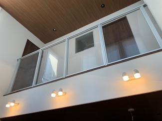吹き抜けを見上げると、高い天井とクリア版の仕切りを照明の明かりが空間をさりげなく包んでくれます。