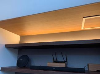 リビング用ライトデッキ。間接照明の魅力を引き出す工夫として、ホテルなどに多く使われる照明です。暖かく包み込むような明かりで、リビングを演出しています。