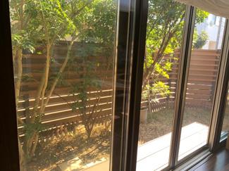 植栽と目隠しの腰壁で、外部からの視界を隠し、プライベートを気にすることなくリビングから見える庭を楽しんでくださいね!