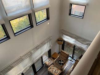 2階から見た吹き抜け写真。ご覧の通り窓が多く明るい空間となっております。一階掃き出し窓。二階縦滑り窓の配置バランスが良くスッキリ見えます。