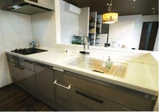 人工大理石の天板シンク。食洗器は深型が付いているので、沢山洗えて便利。カップボードも付いているので収納力があります。