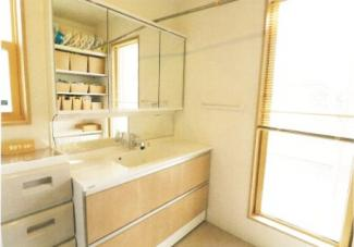 2階に洗面と脱衣場があり、洗濯物をバルコニーへとそのまま干せるようになっております。ワイド洗面台も可愛い色と使いやすそうな物になっております。